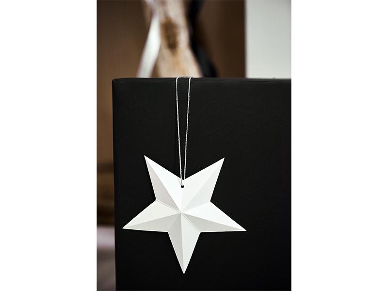 pakket met witte papieren kerststerren