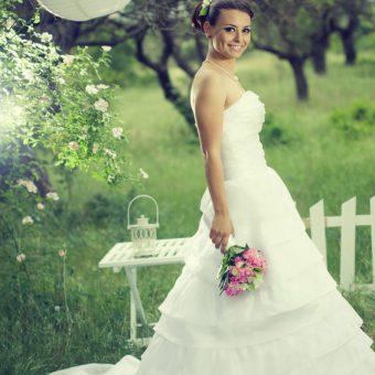 bruid met witte lampionnen