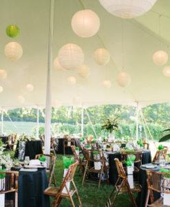 Lampionnen aan het plafond voor een feestelijke sfeer