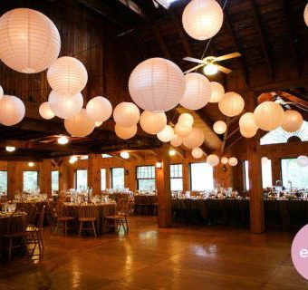 feestzaal met witte lampionnen