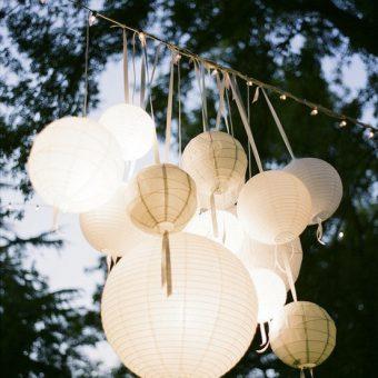 mooie witte lampionnen