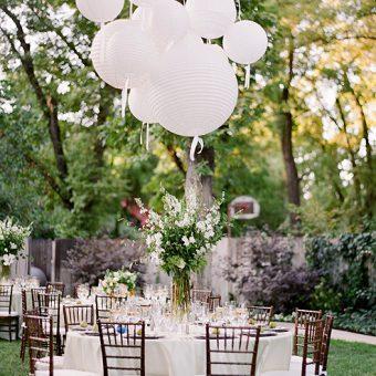 gedekte tafel met witte lampionnen