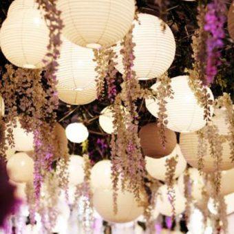 witte lampionnen met bloemen