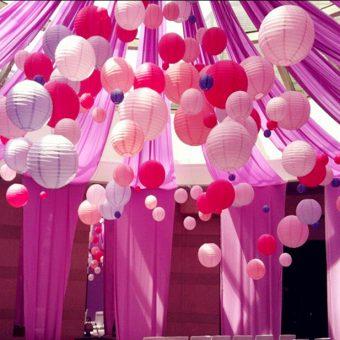 decoratie van verschillende roze en witte lampionnen