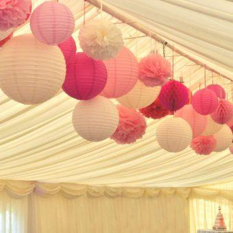 Roze en Witte Lampionnen en Pompons in de nok van een tent