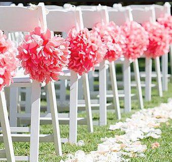 Roze pompons aan stoelen