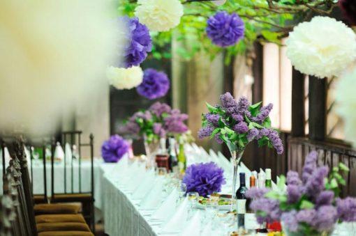 mooie pompons in de kleur wit en paars