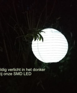 lampion op zonne energie in het donker